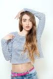 Flicka för modemodell som poserar över vit bakgrund Stilfull blond kvinna för skönhet med rosa kanter och perfekt makeup som pose Fotografering för Bildbyråer