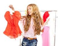 Flicka för modeofferunge på den i kulisserna garderoben Fotografering för Bildbyråer