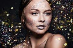 Flicka för modeskönhetglamour Framsidan blänker in pulver tät stående upp kvinna royaltyfri fotografi