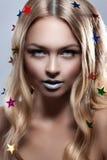 Flicka för modeskönhetglamour Mång--färgade metalliska stjärnor i hennes hår fotografering för bildbyråer