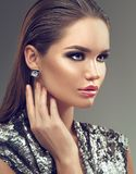Flicka för skönhetmodebrunett med örhängen, modefrisyr Sexig kvinna för glamour med feriemakeup fotografering för bildbyråer