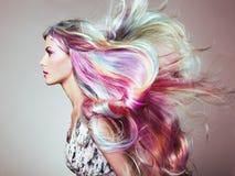Flicka för skönhetmodemodell med färgrikt färgat hår