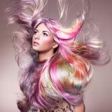 Flicka för skönhetmodemodell med färgrikt färgat hår arkivfoto