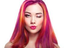 Flicka för skönhetmodemodell med färgrikt färgat hår arkivbilder