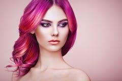 Flicka för skönhetmodemodell med färgrikt färgat hår arkivfoton