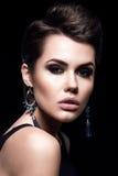 Flicka för skönhetmodemodell med kort hår model stående för brunett Kort frisyr Sexig kvinnamakeup och tillbehör Arkivfoton