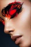 Flicka för skönhetmodemodell med mörkt ljust orange smink royaltyfria bilder