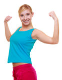 Flicka för sportkvinnakondition som visar henne muskler Driva och energi isolerat Arkivfoto
