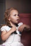 Flicka för stående för barn` s i huset, lägenhet arkivfoto
