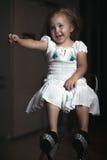 Flicka för stående för barn` s i huset, lägenhet arkivbild