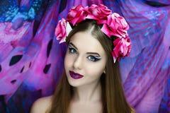 Flicka för surrealismillusionmagi Arkivbilder