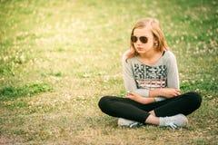 Flicka för tonåringblommahippie som tycker om sommarfestival 10 år nolla Arkivfoto