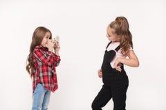 Flicka för två barn som tar en bild Arkivbild