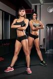 Flicka för två sportar i idrottshallen royaltyfria bilder