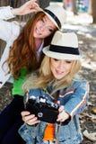 Flicka för två tonåringar som tar selfe med kameran Royaltyfri Fotografi