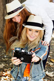 Flicka för två tonåringar som tar selfe med kameran Royaltyfria Bilder