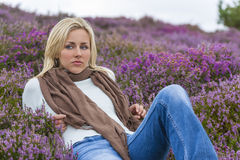 Flicka för ung kvinna i fält av purpurfärgade Heather Flowers fotografering för bildbyråer