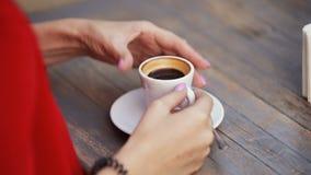 Flicka för ung kvinna som bär röd kläder som dricker espresso som hon talar om affär på ett datum stock video