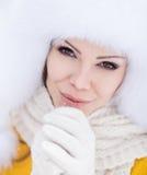 Flicka för vinter för snö för nytt år för jul härlig i den vita hattnaturen Arkivbild