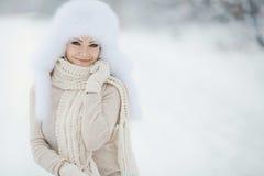 Flicka för vinter för snö för nytt år för jul härlig i den vita hattnaturen Royaltyfri Foto