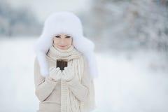 Flicka för vinter för snö för nytt år för jul härlig i den vita hattnaturen Royaltyfria Foton