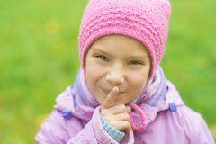 Flicka-förskolebarn i blått omslag Royaltyfria Bilder