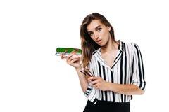 Flicka f?r makeupkonstn?r p? en vit bakgrund med borstar arkivbild