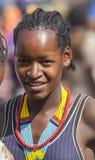 Flicka från den Ari stammen på bymarknaden Bonata Omo dal Ethio Arkivfoto