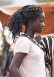 Flicka från den Ari stammen på bymarknaden Bonata Omo dal Ethio Royaltyfria Bilder