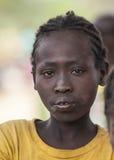 Flicka från den Ari stammen på bymarknaden Bonata Omo dal Ethio Arkivfoton