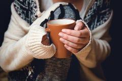 flicka för kaffekopp Arkivbild