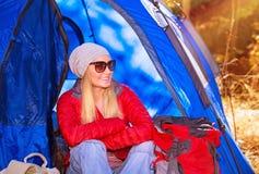 Flicka för lycklig campare Arkivfoto