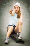 Flicka för skateboradåkare för fredtecken Royaltyfria Bilder