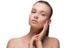 Flicka för stående för skönhetkvinnaframsida med den perfekta nya rena hudkvinnlign som ser att le för kamera Näckt smink Cheerfu Arkivfoton