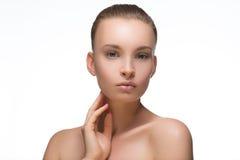 Flicka för stående för skönhetkvinnaframsida med den perfekta nya rena hudkvinnlign som ser att le för kamera Näckt smink Cheerfu Royaltyfria Bilder