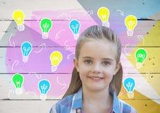 Flicka framme av färgrika ljusa kulor på trä Arkivfoton