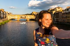 Flicka framme av Ponten Vecchio i Florence, Italien i sommar Arkivfoto