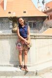 Flicka framme av springbrunnen Royaltyfria Bilder