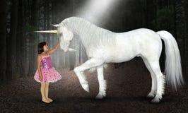 Flicka fred, hopp, förälskelse, natur, enhörning, trän arkivbilder