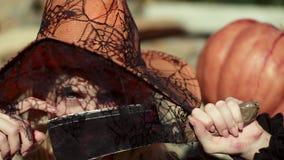 flicka halloween Allhelgonaaftonkvinna som poserar med pumpa Allhelgonaaftonparti och feriebegrepp Vampyrallhelgonaaftonkvinna lager videofilmer