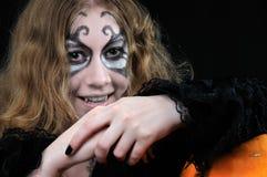 flicka halloween som är klar till vampyren arkivbilder