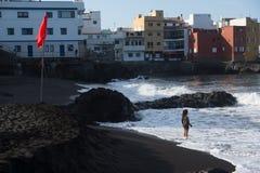 Flicka, hav och stor dröm arkivfoto