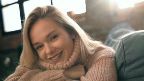 Flicka hemma stock video