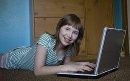 flicka henne bärbar dator Royaltyfri Foto