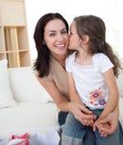 flicka henne kyssande liten moder Arkivfoton