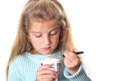 flicka henne little seende yoghurt Royaltyfri Bild