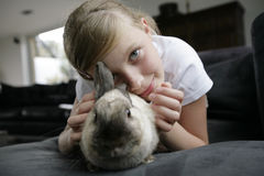 flicka henne älsklings- kanin Arkivbilder