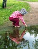 flicka henne reflexion Fotografering för Bildbyråer