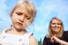 flicka henne SAD liten moder Arkivfoto