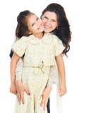 flicka henne som kramar den små modern Arkivfoton
